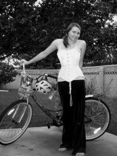 biciclista cu corset si pantaloni lungi