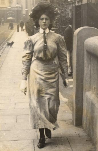 Fotografie a unei femei din clasa muncitoare, circa 1905-1908